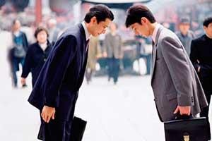 Два японца кланяются друг другу
