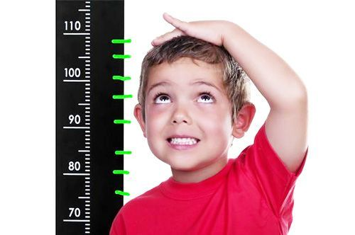 Мальчик измеряет рост