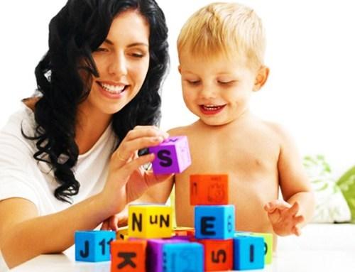 Мама с мальчиком складывают кубики