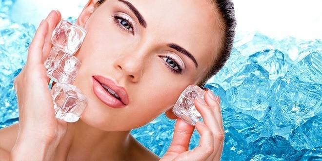Женщина с кубиками льда у лица