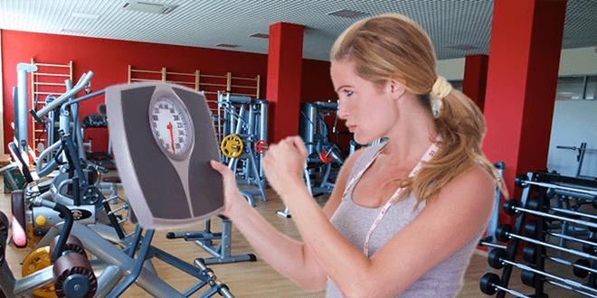 Женщина в спортзале с весами