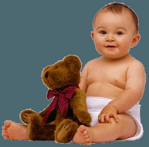 Малыш и коричневый плюшевый медведь