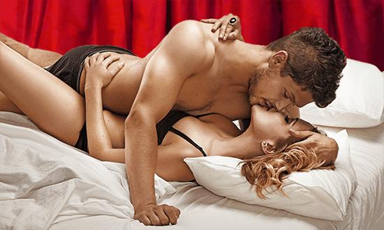 Мужчина и женщина в спальне, страсть, любовь