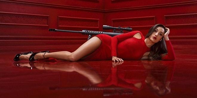 Женщина в красном платье лежит на полу красной комнаты