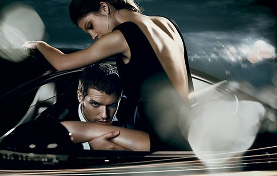 Мужчина и женщина в машине - любовь, страсть