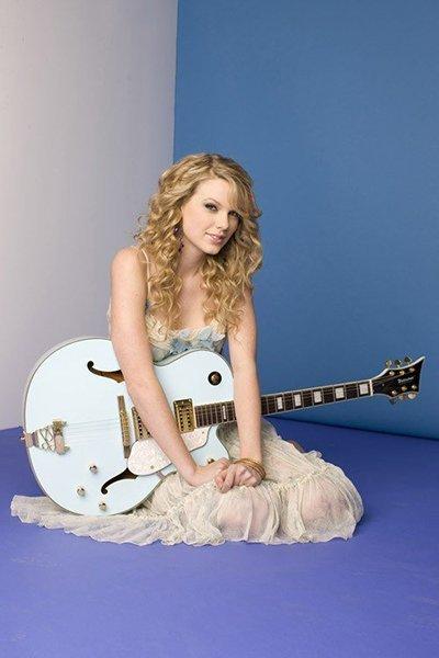 Тейлор Свифт с гитарой