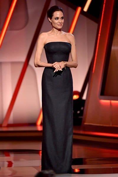 Анджелина Джоли стоит в черном платье