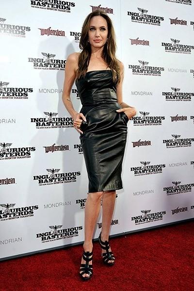 Анджелина Джоли стоит