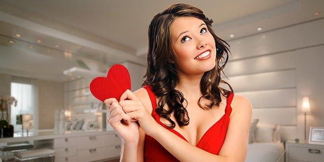 Девушка в комнате держит сердце в руках