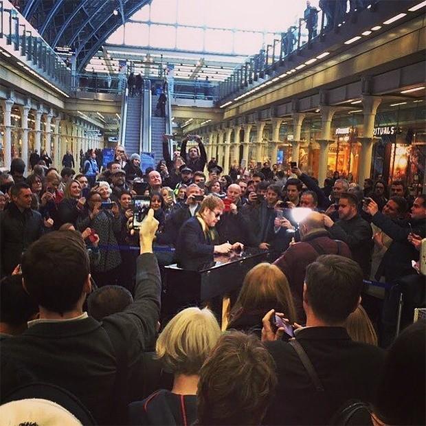 Элтон Джон выступил на вокзале Сент-Панкрас в Лондоне