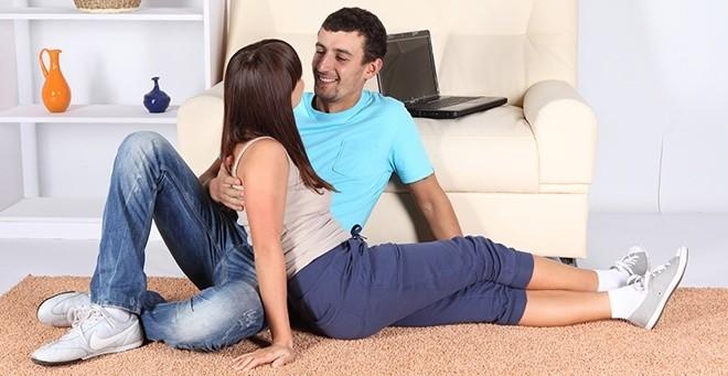Муж и жена сидят на полу и смотрят друг на друга