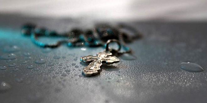 Крестик лежит на асфальте