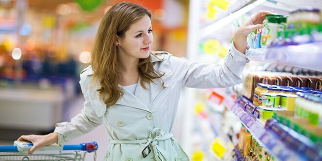 Женщина у прилавка супермакета