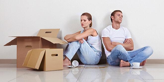 Мужчина и женщина сидят на полу