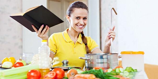 Девушка на кухне с книгой