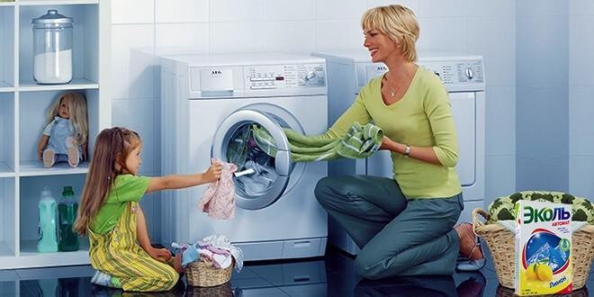 Мама с дочкой стирают