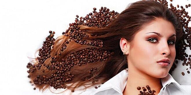 Женщина с волосами цвета кофе