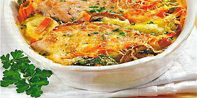 В форму сложите филе индейки, сверху уложите брокколи, морковь и грибы
