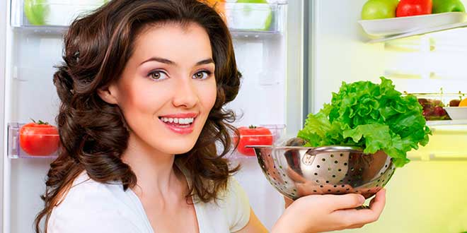 Женщина с открытым холодильником