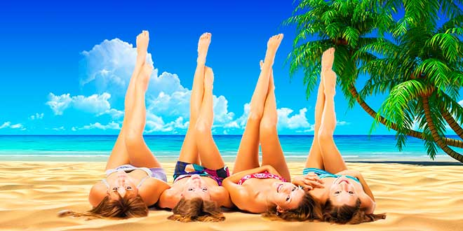 Девушки лежат на пляже