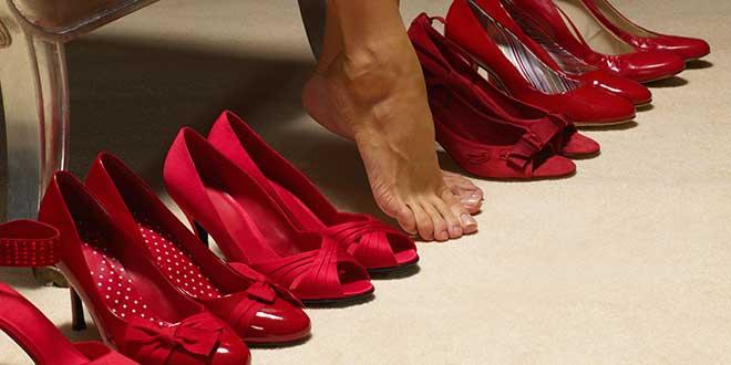 Красные туфли и женская нога