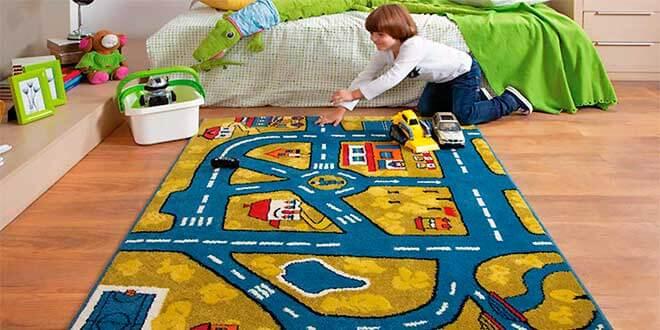 Мальчик играет на ковре