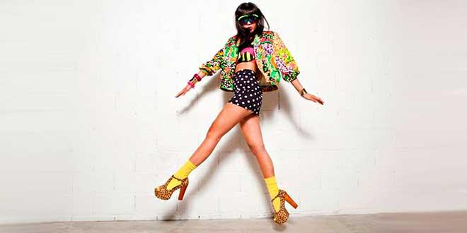 Странно одетая девушка