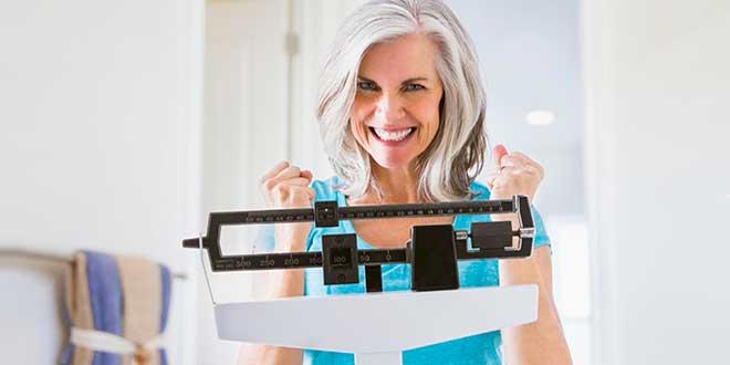 Пожилая женщина на стот весах