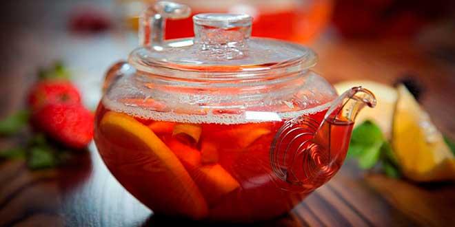 Чайник с красным чаем