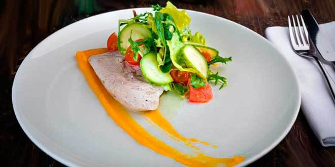 Салат с индейкой на тарелке