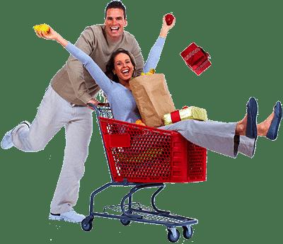 Мужчина везет женщину в корзине для покупок