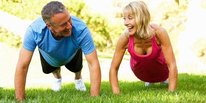 Пожилые мужчина и женщина отжимаются