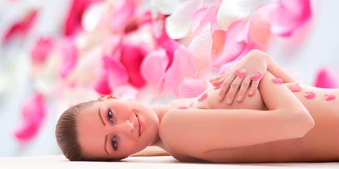 Красивая девушка на фоне орхидей