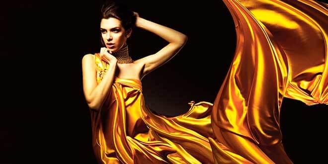 Женщина в платье из парчи