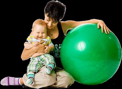 Мама с малышом и мячом