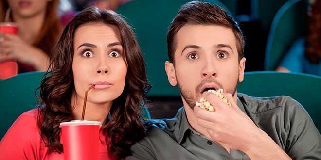Мужчина и женщина смотрят фильм