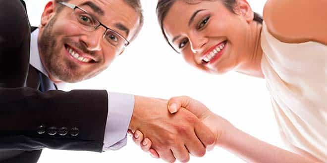 Мужчина и женщина пожимают друг другу руки