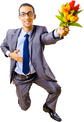 Мужчина с цветами на одном колене стоит