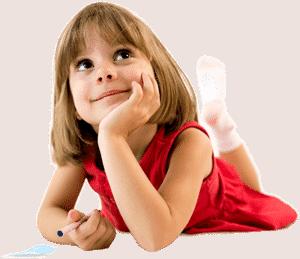 Девочка рисует на полу