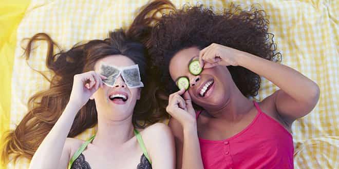 Девушки с чаем и огурцами на глазах