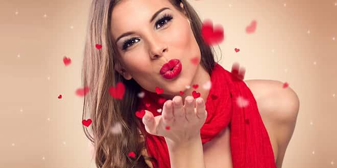 Девушка делает воздушный поцелуй