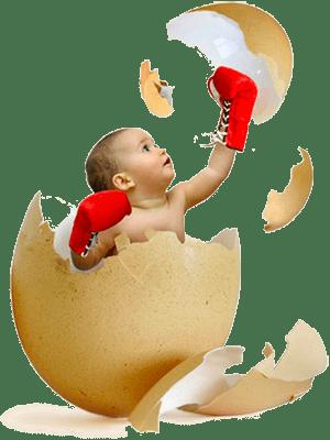 Ребенок разбивает яичную скорлупу