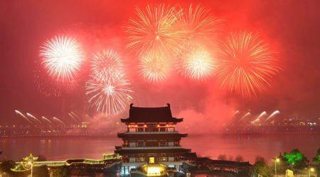Салют на фоне китайской пагоды
