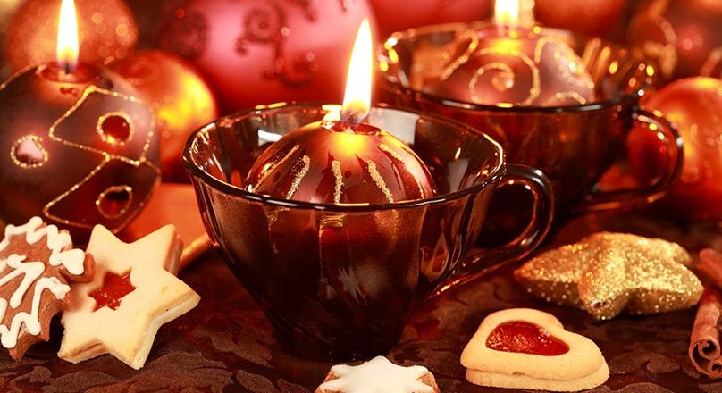 Рождественские свечи в чашках
