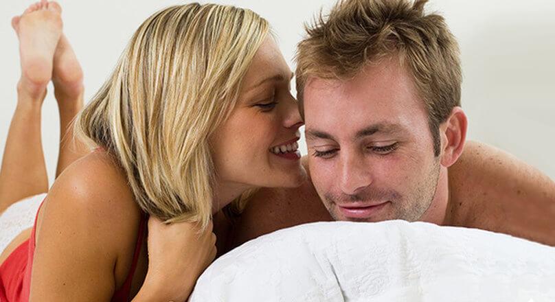 Женщина шепчет мужчине на ухо