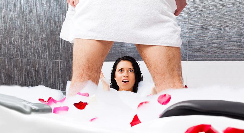 Мужчина и женщина в ванной комнате