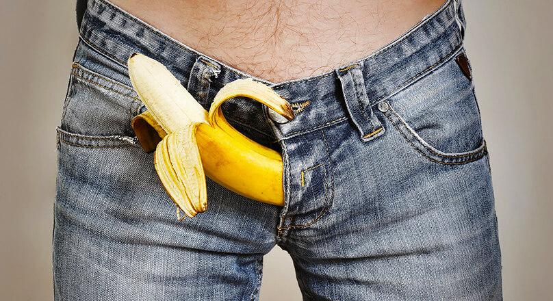 Мужчина в джинсах с бананом