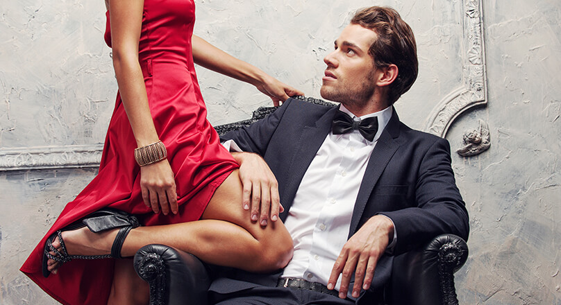 Женщина положила колено на сидящего мужчину