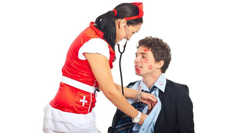 Женщина в костюме медсестры и мужчина
