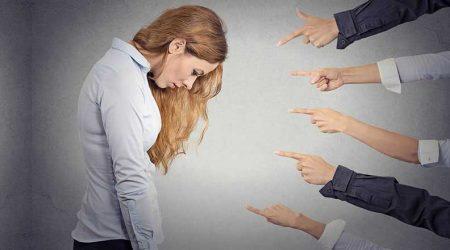 На женщину показывают пальцами